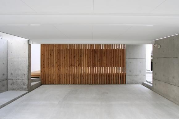 『囲みの家』プライバー・開放性を兼ね備えた住まいの部屋 背面が木製格子のガレージ