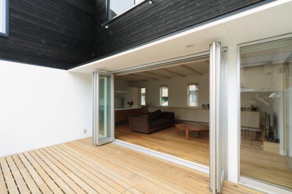 『囲みの家』プライバー・開放性を兼ね備えた住まいの部屋 リビングと一体のコートテラス