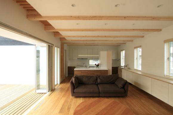 『囲みの家』プライバー・開放性を兼ね備えた住まいの部屋 風通しのよい開放的なLDK-2