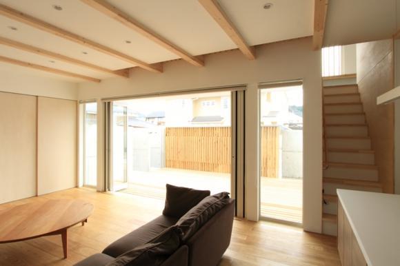 『囲みの家』プライバー・開放性を兼ね備えた住まいの部屋 リビングよりコートテラスを見る