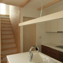 『囲みの家』プライバー・開放性を兼ね備えた住まい (キッチン側より2階に上がる階段)