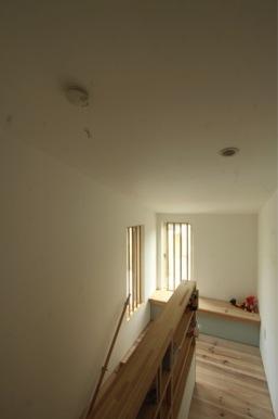 『囲みの家』プライバー・開放性を兼ね備えた住まいの部屋 明るい階段ホール