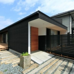 『黒天井の家』焼き杉を使用した落ち着きのある住まい (焼き杉の外観)
