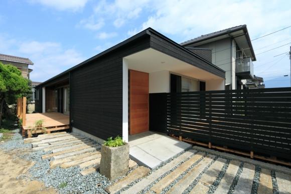 『黒天井の家』焼き杉を使用した落ち着きのある住まいの部屋 焼き杉の外観