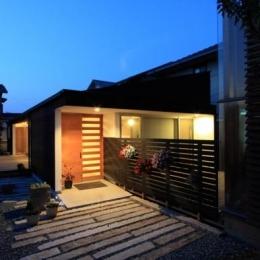 『黒天井の家』焼き杉を使用した落ち着きのある住まい (外観夜景)