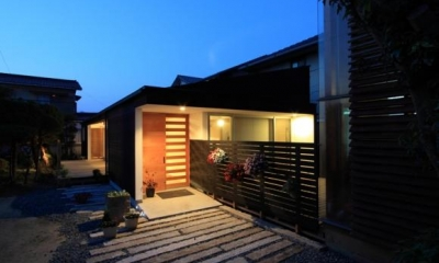 外観夜景 『黒天井の家』焼き杉を使用した落ち着きのある住まい