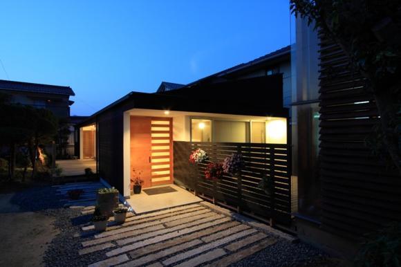 『黒天井の家』焼き杉を使用した落ち着きのある住まいの部屋 外観夜景