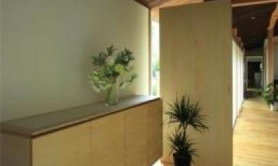 黒天井の玄関 『黒天井の家』焼き杉を使用した落ち着きのある住まい