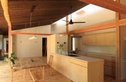 『黒天井の家』焼き杉を使用した落ち着きのある住まい (ウッディなダイニングキッチン)
