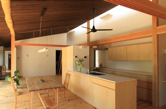 『黒天井の家』焼き杉を使用した落ち着きのある住まいの部屋 ウッディなダイニングキッチン
