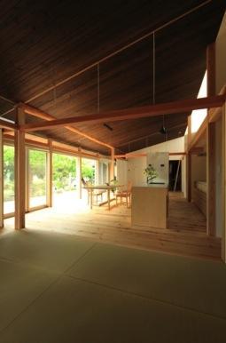 『黒天井の家』焼き杉を使用した落ち着きのある住まいの部屋 畳スペース・LDK