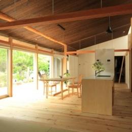 『黒天井の家』焼き杉を使用した落ち着きのある住まい (明るいダイニングキッチン)