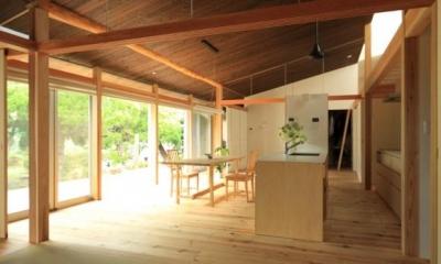 明るいダイニングキッチン 『黒天井の家』焼き杉を使用した落ち着きのある住まい