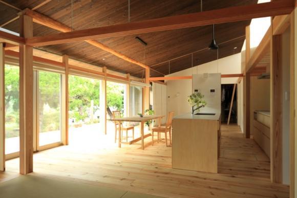 『黒天井の家』焼き杉を使用した落ち着きのある住まいの部屋 明るいダイニングキッチン