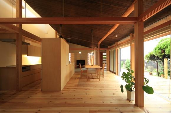 『黒天井の家』焼き杉を使用した落ち着きのある住まいの部屋 片流れ天井のLDK