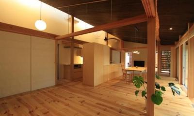 『黒天井の家』焼き杉を使用した落ち着きのある住まい (リビングよりダイニングキッチンを見る)