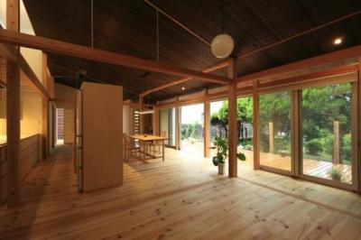 落ち着きのある開放的なLDK (『黒天井の家』焼き杉を使用した落ち着きのある住まい)