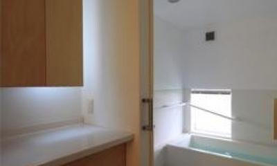 白基調の浴室 『黒天井の家』焼き杉を使用した落ち着きのある住まい