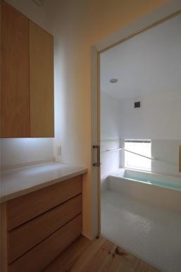 『黒天井の家』焼き杉を使用した落ち着きのある住まいの部屋 白基調の浴室