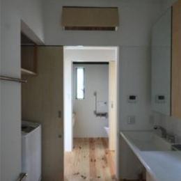 『黒天井の家』焼き杉を使用した落ち着きのある住まい (洗面・トイレ)