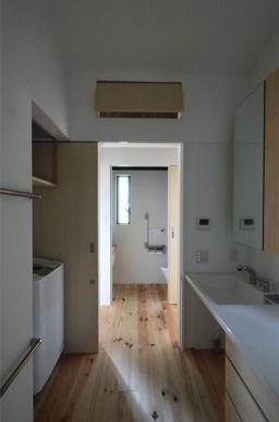 『黒天井の家』焼き杉を使用した落ち着きのある住まいの部屋 洗面・トイレ