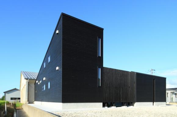 『双方流れの家』2つの片流れ屋根が表情をつくりだす住まいの部屋 シャープな外観