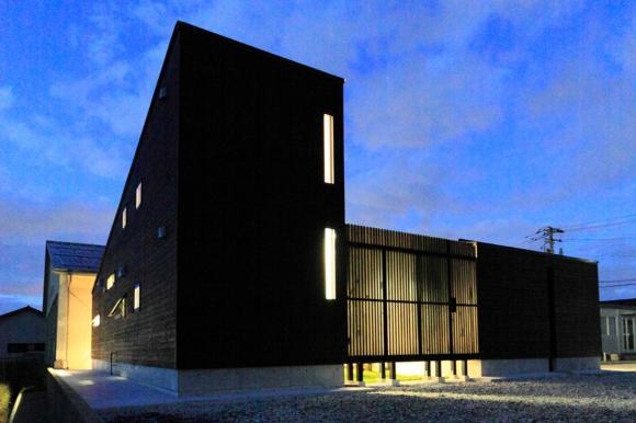 『双方流れの家』2つの片流れ屋根が表情をつくりだす住まいの部屋 シャープな外観夜景