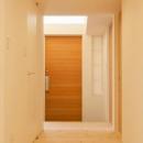 『双方流れの家』2つの片流れ屋根が表情をつくりだす住まいの写真 明るい玄関ホール