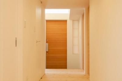 『双方流れの家』2つの片流れ屋根が表情をつくりだす住まい (明るい玄関ホール)