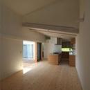 『双方流れの家』2つの片流れ屋根が表情をつくりだす住まいの写真 天井高の異なる居間と食堂