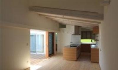 天井高の異なる居間と食堂|『双方流れの家』2つの片流れ屋根が表情をつくりだす住まい