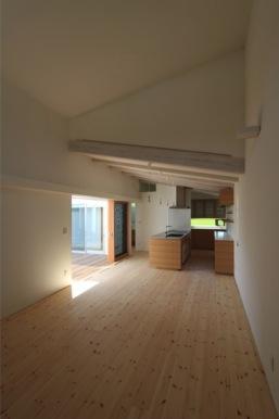 『双方流れの家』2つの片流れ屋根が表情をつくりだす住まいの部屋 天井高の異なる居間と食堂