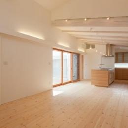 『双方流れの家』2つの片流れ屋根が表情をつくりだす住まい (中庭より光の差し込むLDK)