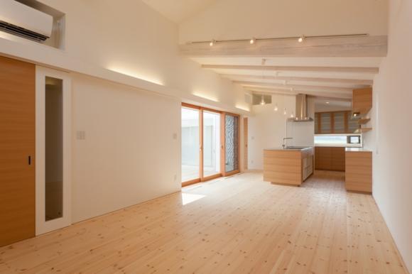 『双方流れの家』2つの片流れ屋根が表情をつくりだす住まいの部屋 中庭より光の差し込むLDK