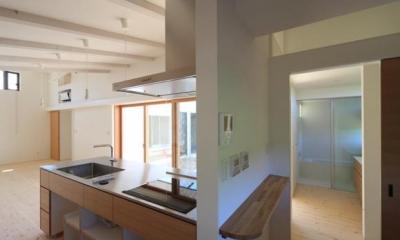 回遊性のある家事スペース|『双方流れの家』2つの片流れ屋根が表情をつくりだす住まい