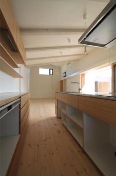 『双方流れの家』2つの片流れ屋根が表情をつくりだす住まい (収納たっぷりのキッチン)
