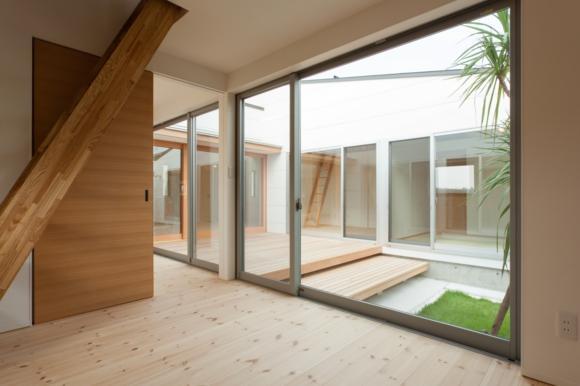 『双方流れの家』2つの片流れ屋根が表情をつくりだす住まいの部屋 中庭を眺められる寝室