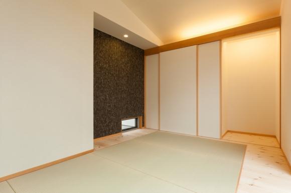 『双方流れの家』2つの片流れ屋根が表情をつくりだす住まいの部屋 モダンな和室