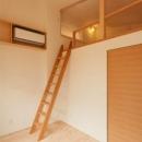 『双方流れの家』2つの片流れ屋根が表情をつくりだす住まいの写真 ロフト付きの子供部屋