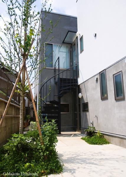 『O・S邸』コンパクトな二世帯住宅の写真 玄関アプローチ-2 螺旋階段