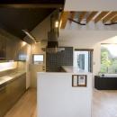 『O・S邸』コンパクトな二世帯住宅の写真 クールな黒タイルのキッチン