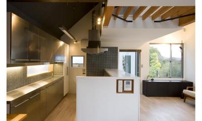 『O・S邸』コンパクトな二世帯住宅 (クールな黒タイルのキッチン)