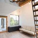 『O・S邸』コンパクトな二世帯住宅の写真 大きな窓のある明るいリビング