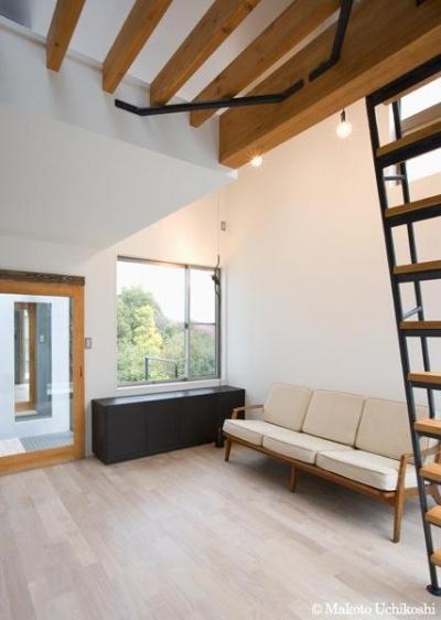 大きな窓のある明るいリビング (『O・S邸』コンパクトな二世帯住宅)