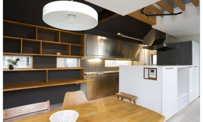 『O・S邸』コンパクトな二世帯住宅 (黒壁・黒タイルの大人ダイニングキッチン)