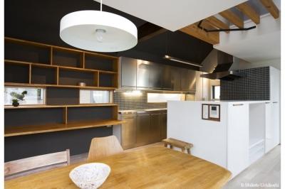黒壁・黒タイルの大人ダイニングキッチン (『O・S邸』コンパクトな二世帯住宅)