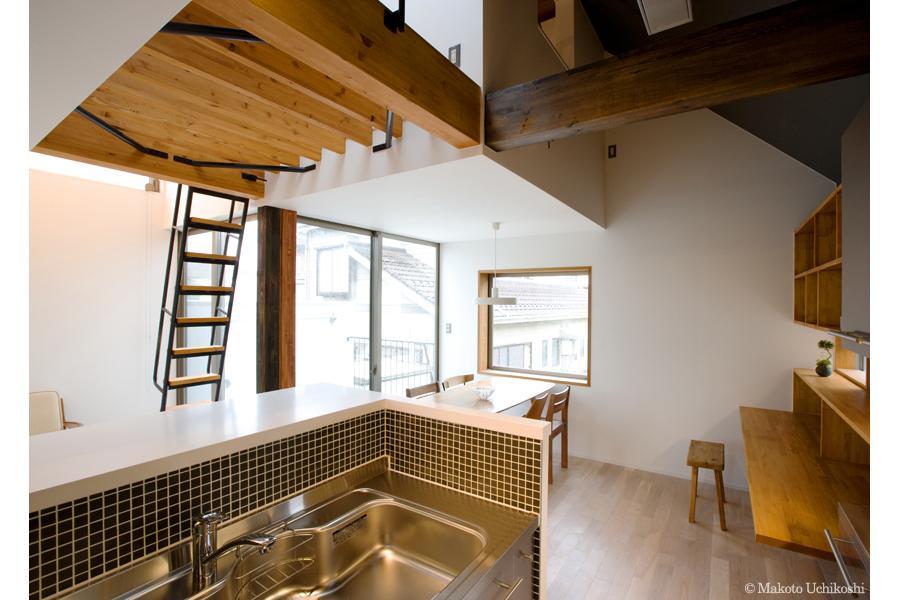 『O・S邸』コンパクトな二世帯住宅の写真 明るいダイニング・ワークスペース