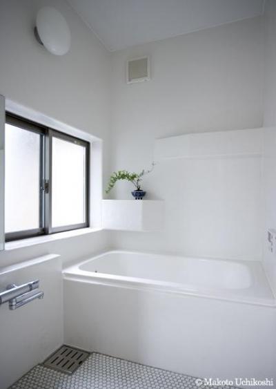 白基調の明るい浴室 (『O・S邸』コンパクトな二世帯住宅)
