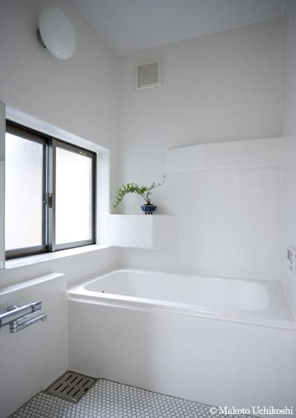 『O・S邸』コンパクトな二世帯住宅 (白基調の明るい浴室)