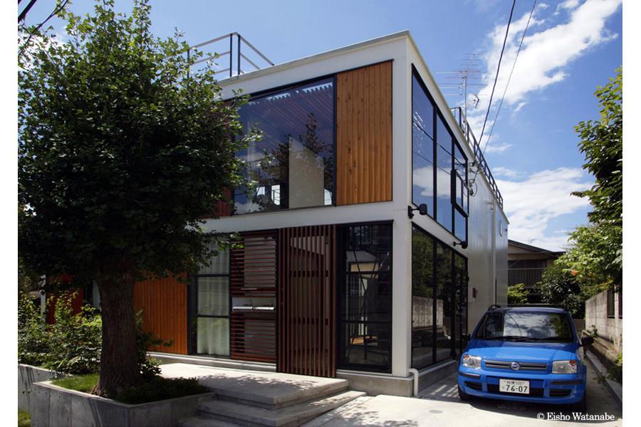 『I・M邸』光を共有する二世帯住宅の写真 スタイリッシュな二世帯住宅外観